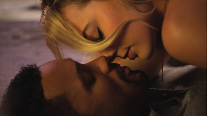 Jess besando a Nicky en Focus: Maestros de la Estafa