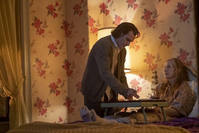 Arthur cuidando de su madre.