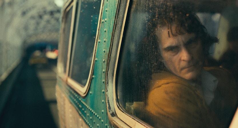 Arthur viendo a través de la ventana del autobus.