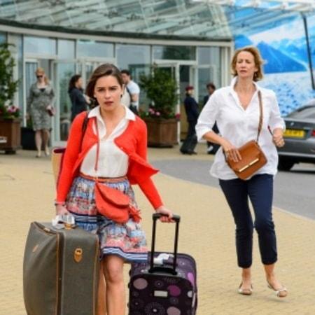 Lou caminando con maletas en el aeropuerto alejándose de la mamá de Will