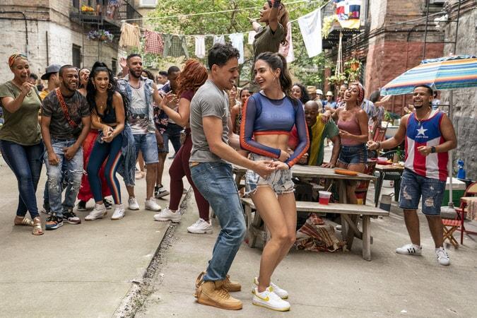 """(Izquierda Centro-Centro Derecha) ANTHONY RAMOS como Usnavi y MELISSA BARRERA como Vanessa en Warner Bros. Pictures """"EN EL BARRIO"""", un lanzamiento de Warner Bros. Pictures."""