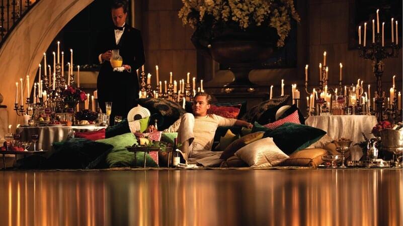 Jay Gatsby sentado en su mansión en El Gran Gatsby