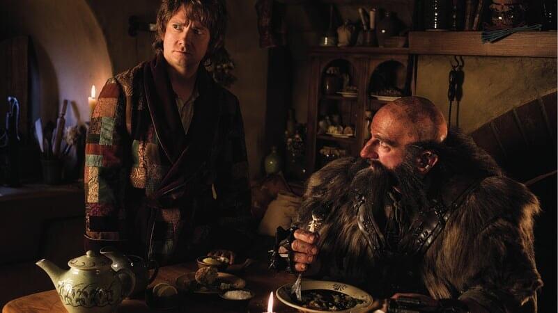 Bilbo y Dawlin en la comarca en El Hobbit: Un Viaje Inesperado