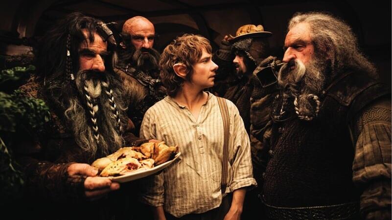 Bilbo con los enanos en El Hobbit: Un Viaje Inesperado