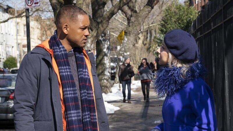 Howard Inlet y Brigitte conversando en la calle Belleza Inesperada