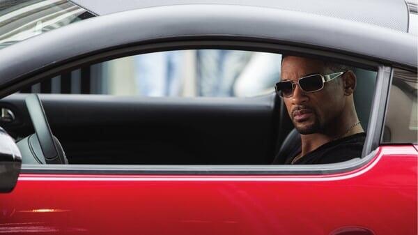 Nicky dentro del coche en Focus: Maestros de la Estafa