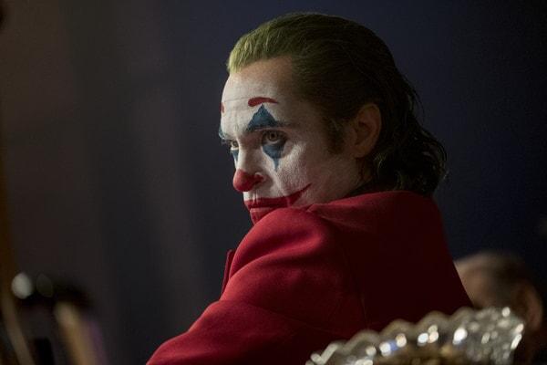 Joker sentado viendo fijamente.
