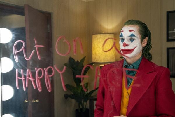 Joker viéndose frente al espejo del camerino.