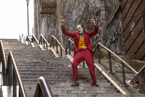 Joker bailando en las escaleras.