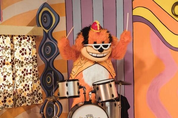 Bingo tocando la batería en Banana Splits