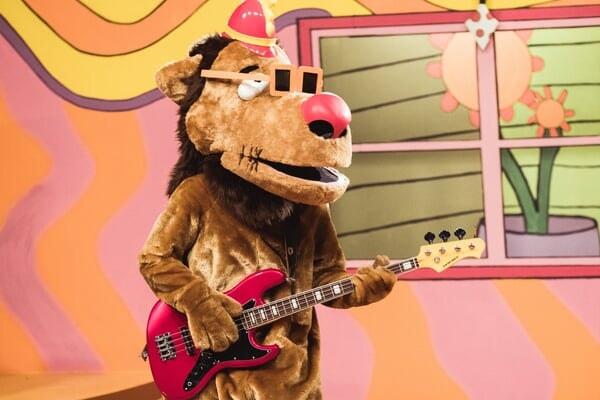 Fleegle tocando la guitarra en Banana Splits