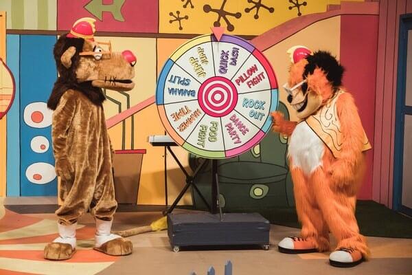 Fleegle y Bingo girando la ruleta en Banana Splits