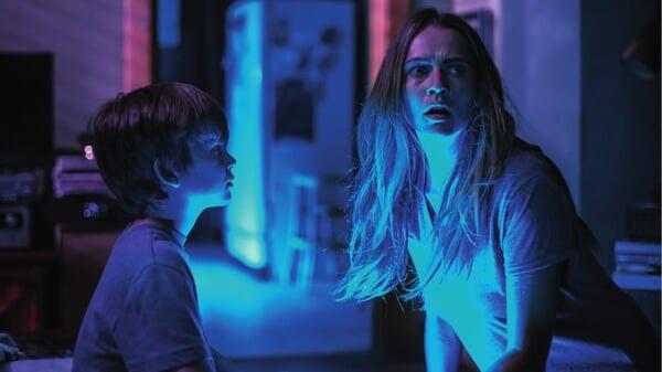 Rebecca y Martin asustados en Cuando Las Luces Se Apagan