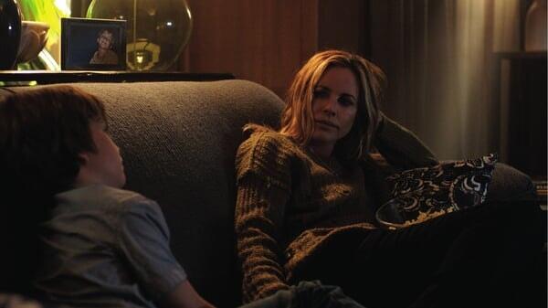 Rebecca y Martin sentados en el sillón en Cuando Las Luces Se Apagan