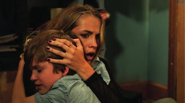 Rebecca y Martin abrazados en Cuando Las Luces Se Apagan