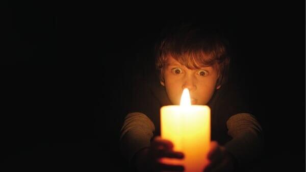 Martin con una vela en Cuando Las Luces Se Apagan