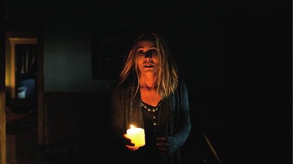 Rebecca con una vela en Cuando Las Luces Se Apagan