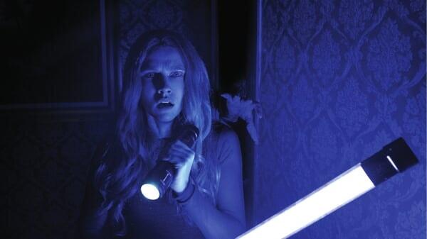 Rebecca con una linterna en Cuando Las Luces Se Apagan