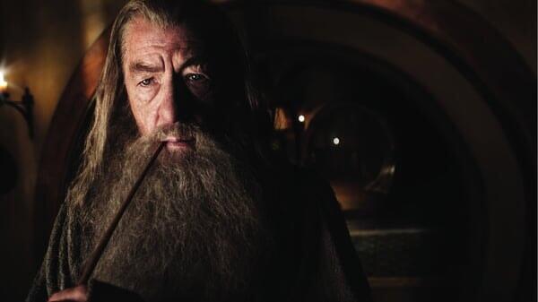 Gandalf pensativo en la comarca El Hobbit: Un Viaje Inesperado
