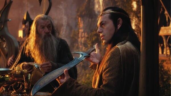 Gandalf y Elrond sosteniendo una espada en El Hobbit: Un Viaje Inesperado