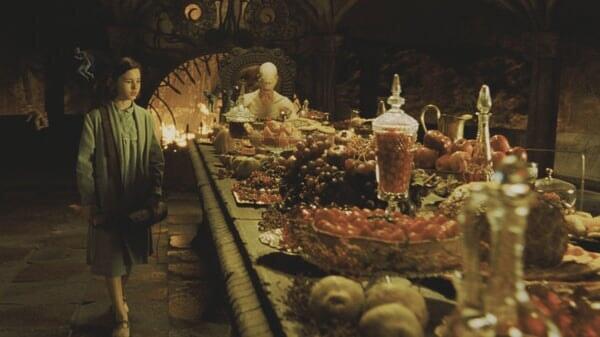 Ofelia y el Hombre Pálido en la mesa en El Laberinto Del Fauno