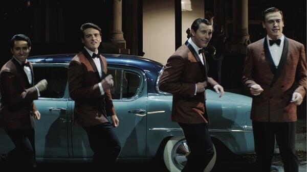 Frankie, Bob, Nick y Tommy chasqueando los dedos en Jersey Boys: Persiguiendo La Música