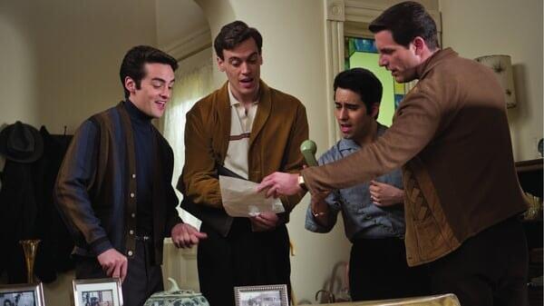 Frankie, Bob, Nick y Tommy sorprendidos en Jersey Boys: Persiguiendo La Música