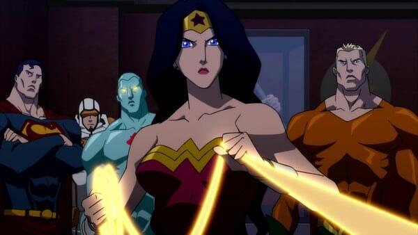 Mujer Maravilla sosteniendo el lazo de la verdad junto a la liga de la justicia.