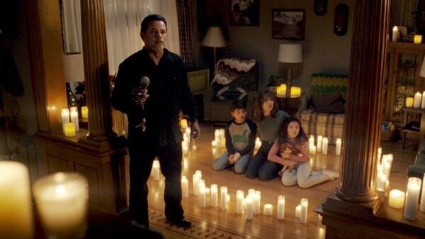 El Padre Pérez, Anna, Sam y Chris en la casa en La Maldición De La Llorona