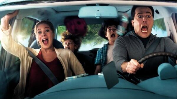 Russell, Debbie, James y Kevin asustados en el auto en Vacaciones