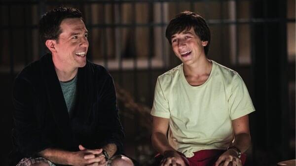 Rusell y James riendo en Vacaciones